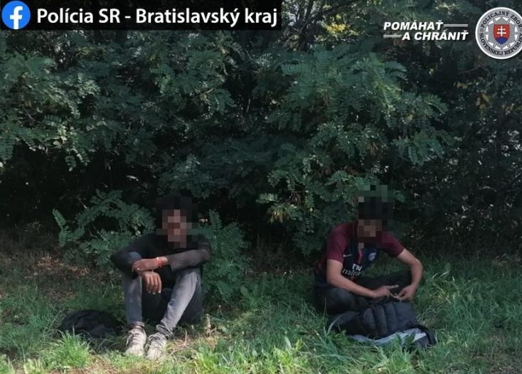 Egy pozsonyi hídon a teherautó pótkocsijáról ugrott le két illegális bevándorló, akik angolosan távoztak (volna)