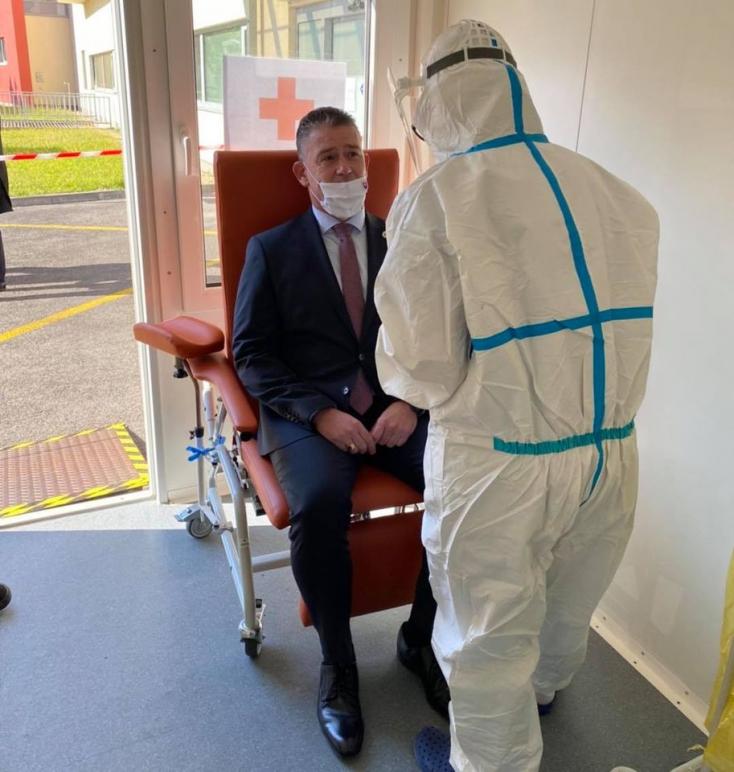 Koronavírusossal találkozott, karanténba került a belügyminiszter