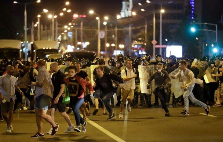 A hatósági fenyegetés ellenére ismét tízezrek vonultak utcára Minszkben