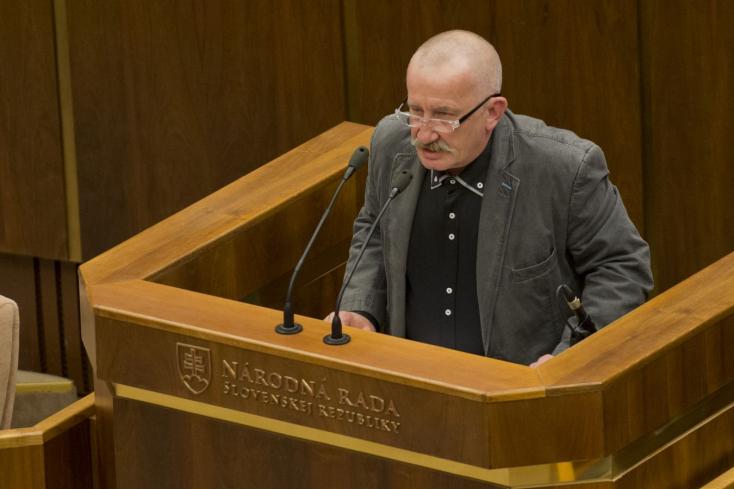Nem bántja a bíróság Kotleba zsidóellenes képviselőjét