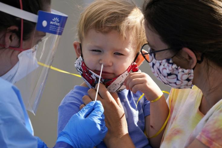 12 éven aluli gyerekeken is teszteli koronavírus elleni vakcináját a Moderna