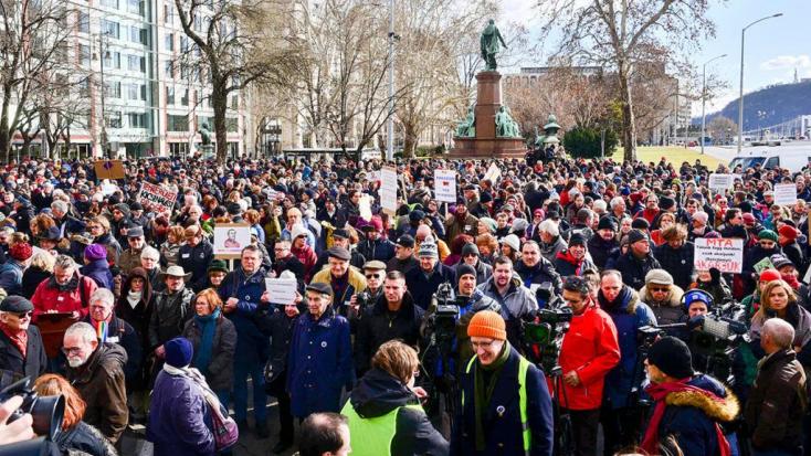 Élőlánccal tiltakoznak a Magyar Tudományos Akadémia sorsáért aggódók Budapesten