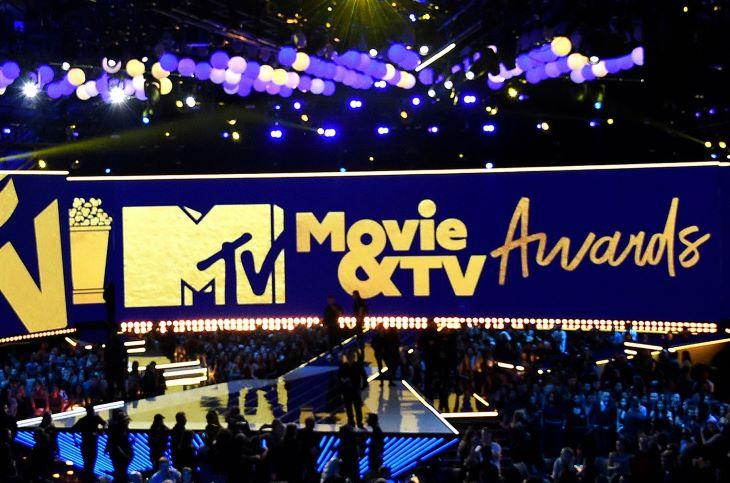 Rege-Jean Page és Chadwick Boseman is elnyerte az Arany Popkorn-díjat az MTV-gálán