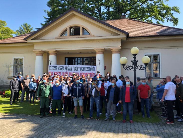 Áll a bál a nagymegyeri fürdő körül – tüntettek Holényi embere és a polgármester döntései ellen!