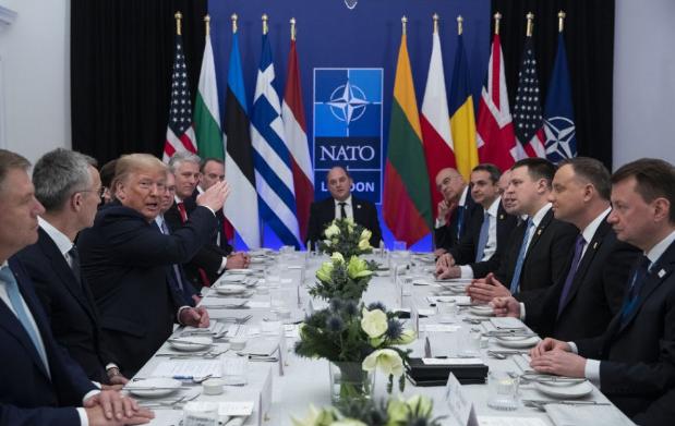 Több száz milliárd dollárral emelkedik a NATO-szövetségesek védelmi kiadása