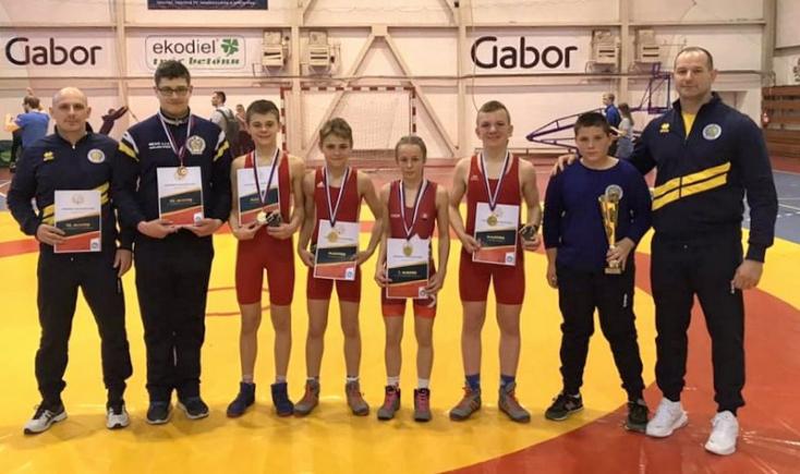 Négy arany-, egy bronzérem, csapatversenyben 3. hely a dunaszerdahelyi birkózótehetségeknek
