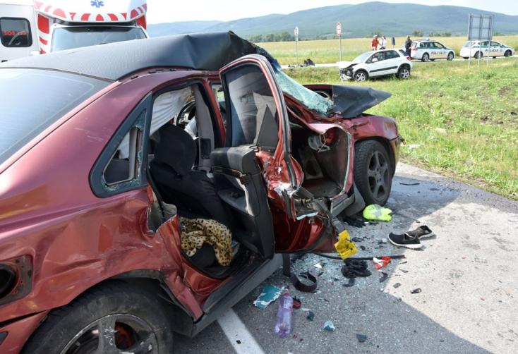 Defektet kapott és belerohant egy kamionba egy fiatalember