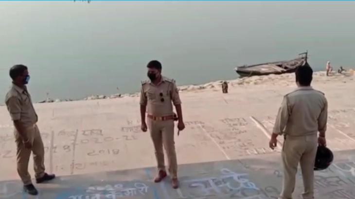 Hálót feszítettek ki a Gangesz folyóban, miután holttesteket sodort ki a víz
