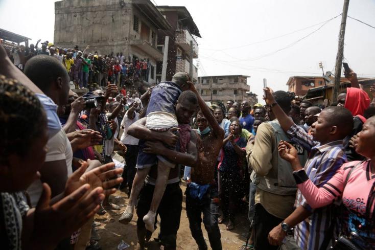 Összeomlott egy iskolának is otthont adó háromemeletes épület Nigériában