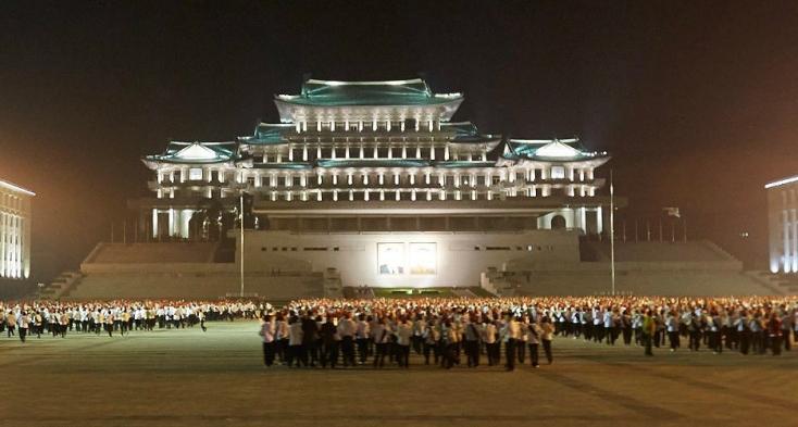 Éjszakai katonai parádét tartottak Észak-Koreában