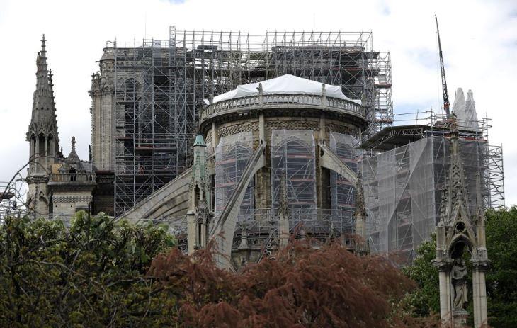 A francia elnök  a helyszínen méltatta az eddigi munkálatokat a párizsi Notre-Dame-i tűzvész második évfordulóján