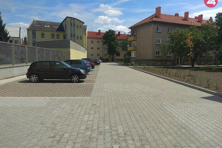 Két új parkolót adtak át Érsekújvárban, összesen 110 férőhellyel