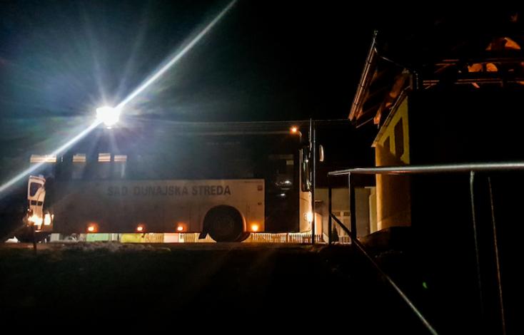 Buszsofőr támadt egy tinédzserre és a gyerek védelmére kelő asszonyra Nyárasdon