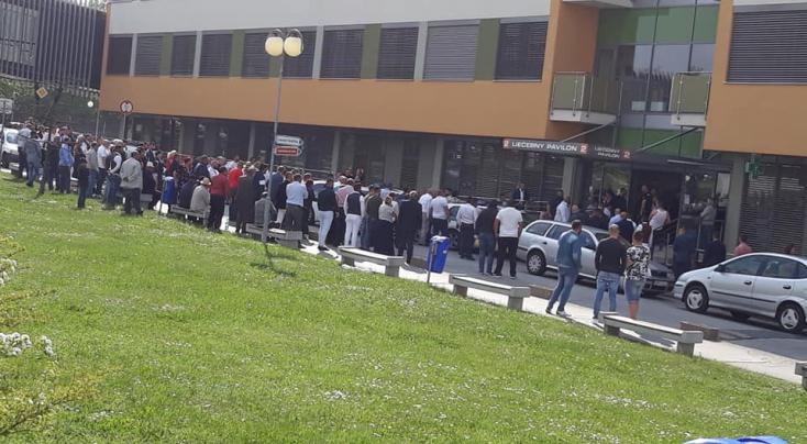 Bevitték a roma vajdát a nyitrai kórházba, erre meg a 150 híve nem fért a bőrébe (VIDEÓ)