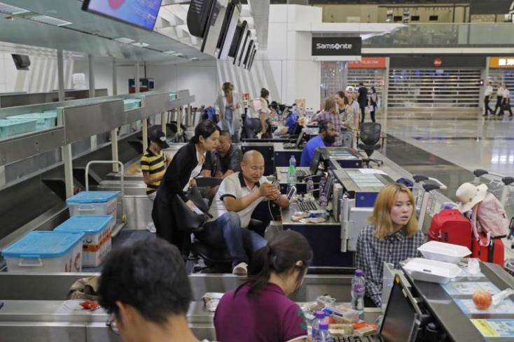Korlátozni próbálják a tüntetéseket a hongkongi repülőtéren