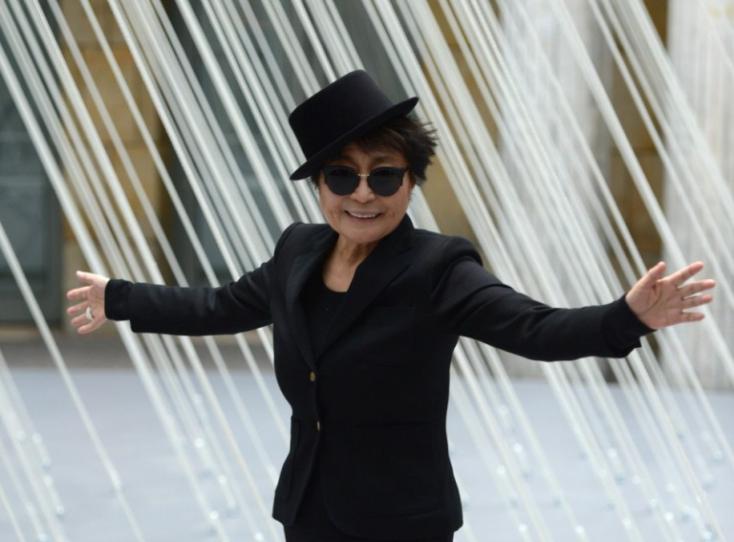 Yoko Ono a békéért csenget