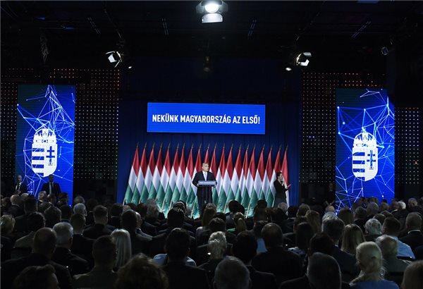 Orbán szerint a magyarok ismét hisznek a jövőjükben, az ellenzék nem hisz Orbánban…