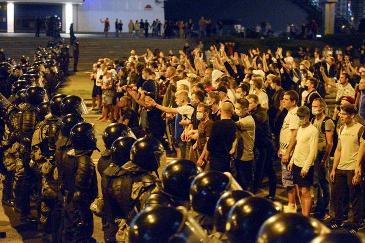 Több száz kormányellenes tüntetőt vettek őrizetbe Minszkben