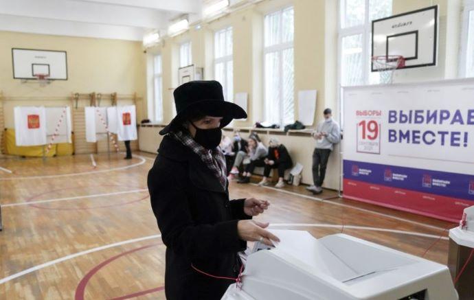 A szavazatok felének összesítése alapján megőrizhette alkotmányozó többségét az orosz kormánypárt
