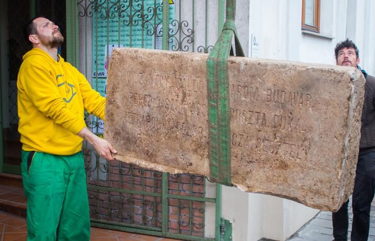 Száz éve ledöntötték, most a gombaszögi önkéntesek kibányászták a kassai honvédszobor talapzatát