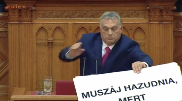 Videón, ahogy Orbán elhappolna egy őt kritizáló táblát, de az nem jön neki össze