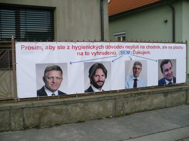 Szellemes plakát jelent meg a családi ház kerítésén