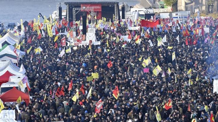 Több ezren tiltakoztak a szíriai török offenzíva ellen Németországban