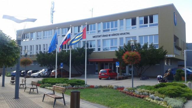 Defibrillátort helyeztek el a párkányi városháza bejáratánál