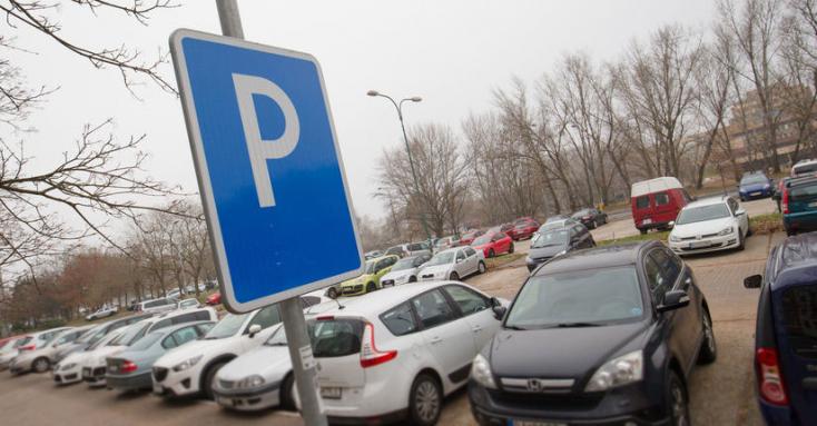 Új parkolási rend érvényes Komáromban, szórólapokon terjeszti a város