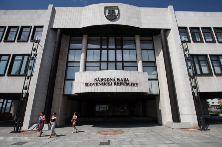 100-300 euróval nőhet a parlamenti képviselők bére