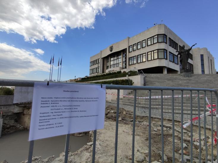 30 méteres oszlopot kért a parlament elé Danko, hogy magasabb legyen, mint a magyaroké!