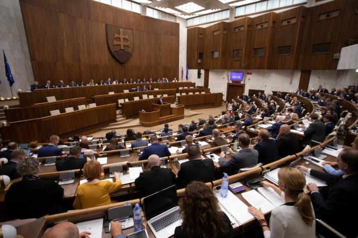 Csupán hat alkotmánybíró-jelöltet választott meg a parlament!