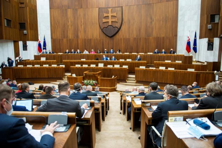 Késő estig szónokoltak a politikusok a parlamentben, kedden kerül sor a bizalmi szavazásra