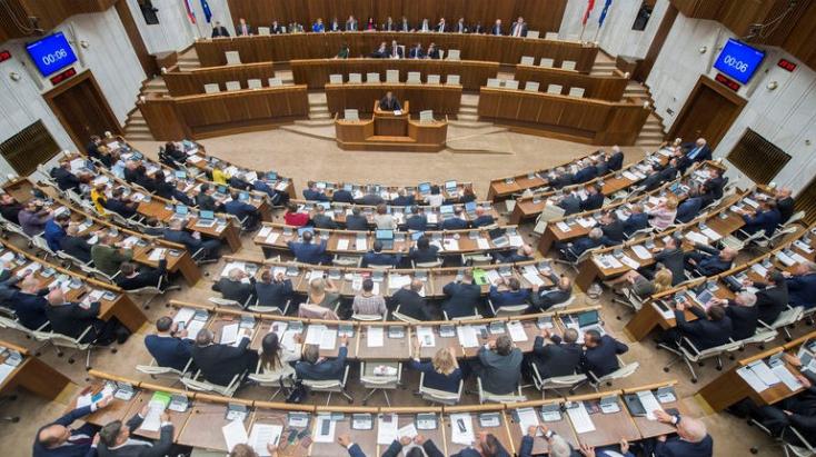 A lakosság csaknem fele elégedetlen a demokrácia minőségével Szlovákiában