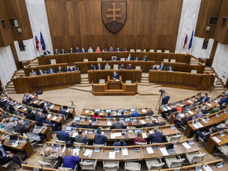 Folytatódik a Covid-igazolványról szóló parlamenti ülés