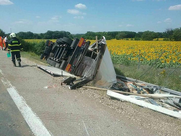 Galánta mellett felborult egy megpakolt kamion