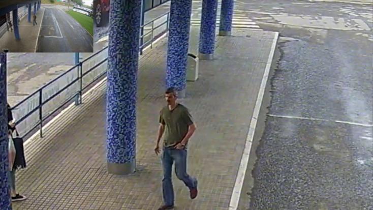 Parkoló buszból lopott komoly összeget a képen látható fickó – segítsen megtalálni!