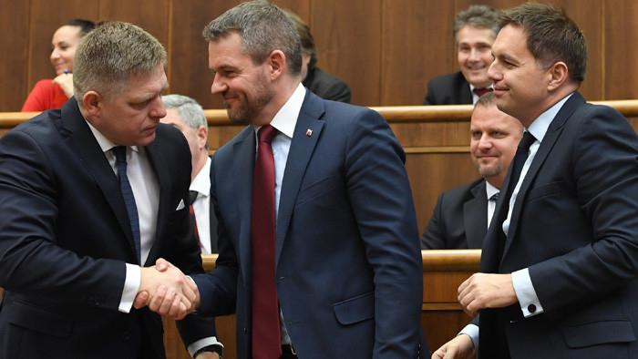 LÉNYEG: Kártyavárként zuhan össze Ficóék birodalma, de Orbánéknak is be kellett áldozniuk ezt-azt