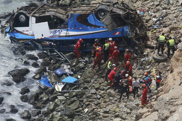 Szakadékba zuhant a busz, huszonöten meghaltak a balesetben