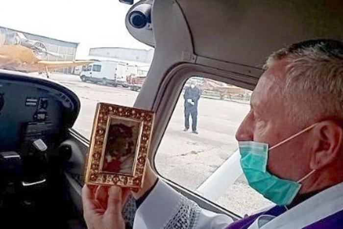 Mint az ördögöt, úgy űzi Krisztus vérének ereklyéjével akoronavírust egy szlovák főpap!