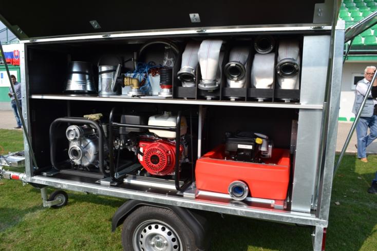Árvízvédelmi eszközökkel felszerelt pótkocsit adott át 17 csallóközi településnek Kaliňák