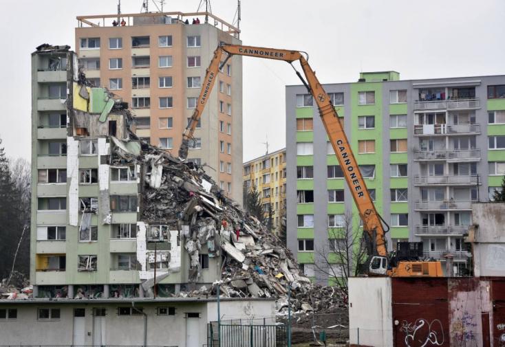 Három nap bontás után már alig látszik ki a földből az eperjesi panelház (FOTÓK, VIDEÓ)