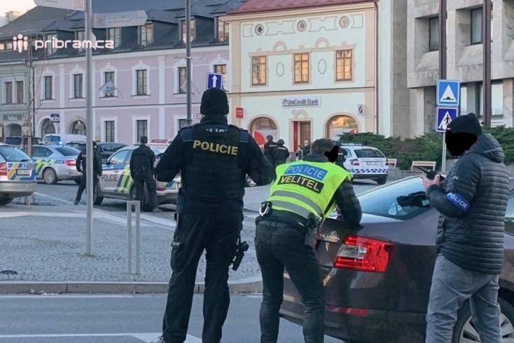 Fegyveres rabló ejtett túszul nyolc személyt egy csehországi bankban