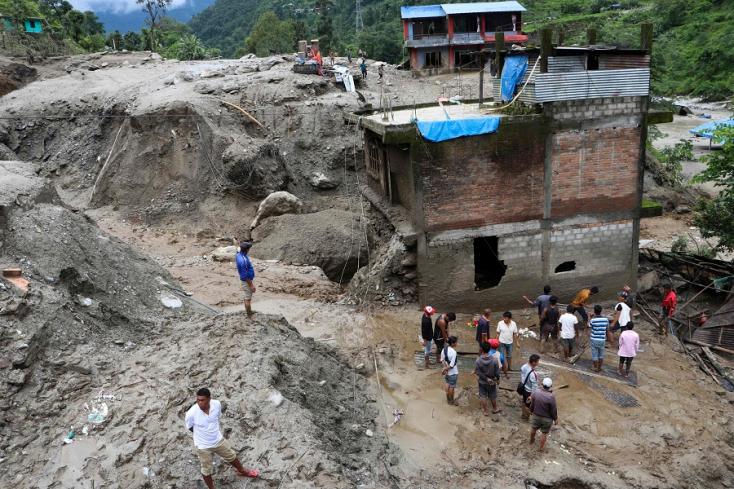 Legalább tízen meghaltak, harmincan eltűntek Nepálban a földcsuszamlások miatt