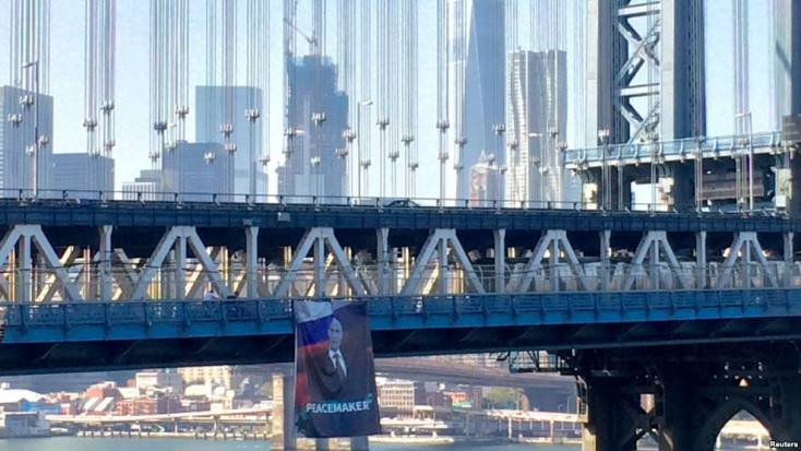 Óriás transzparensen méltatták a békeszerető Putyint a New York-i Manhattan hídon!