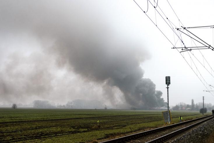 Több mint 24 óra után még mindig oltják a Nagysurányban keletkezett óriási tüzet (FOTÓK)