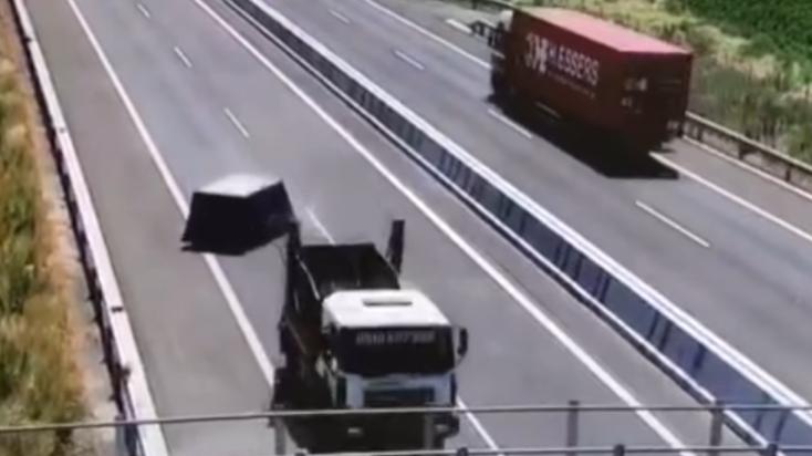 Egy konténer pottyant le egy teherautóról az R7-esen, de a sofőr továbbhajtott (VIDEÓ)