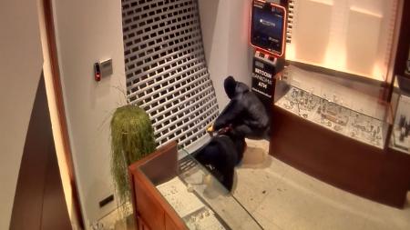 Mint egy akciófilmben! Videón, ahogy kirámolják a pozsonyi ékszerboltot