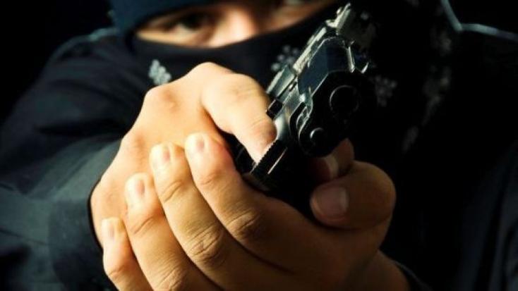 Egy zömök kisember rabolt ki este pisztollyal egy újságosbódét