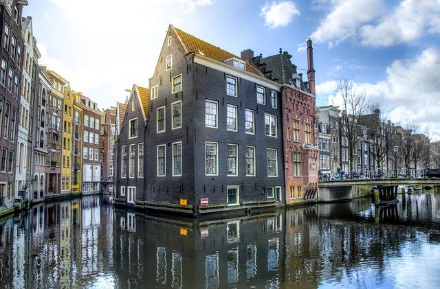 Légbuborékok alkotta gáttal gyűjtik össze a műanyaghulladékot Amszterdam csatornáiból
